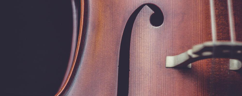 Notenheft unter einer Geige