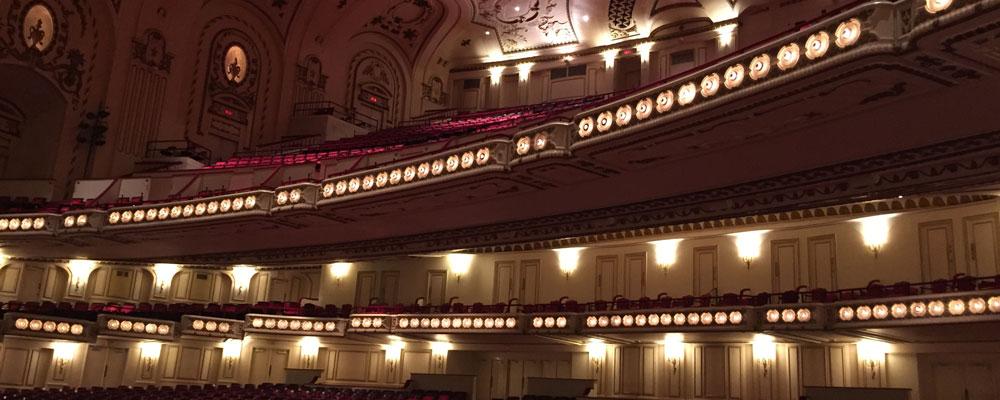 Blick zu den Rängen eines Auditoriums